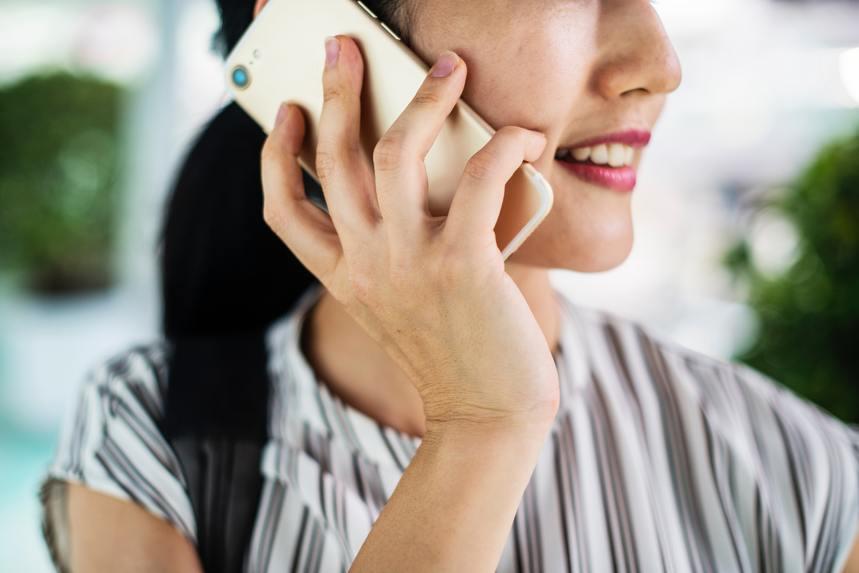 挿絵-スマホで通話をする女性