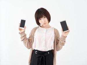 iPhoneを持つ女性